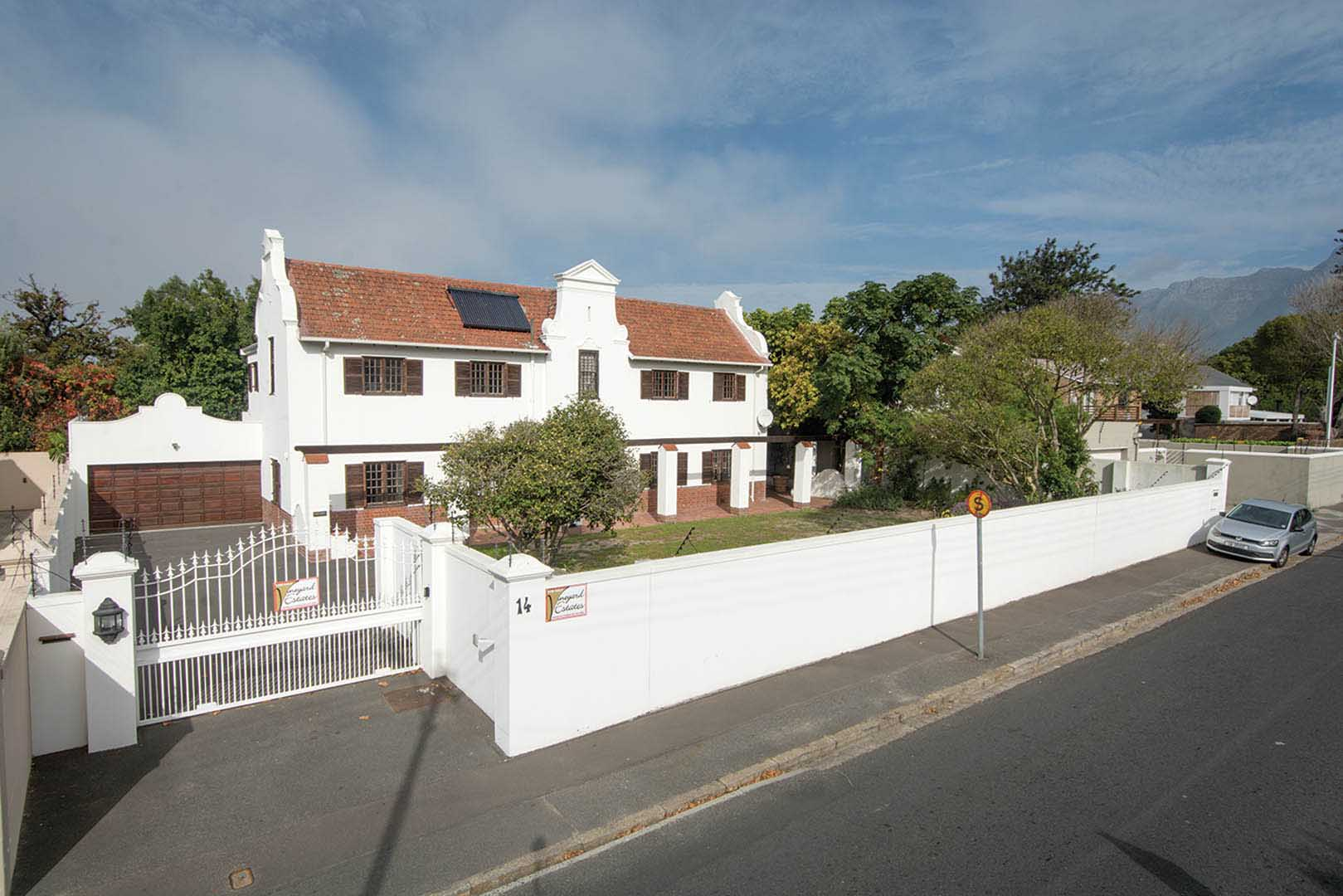 Authentic Cape Dutch thoroughly modernised 1.3km to Bishops