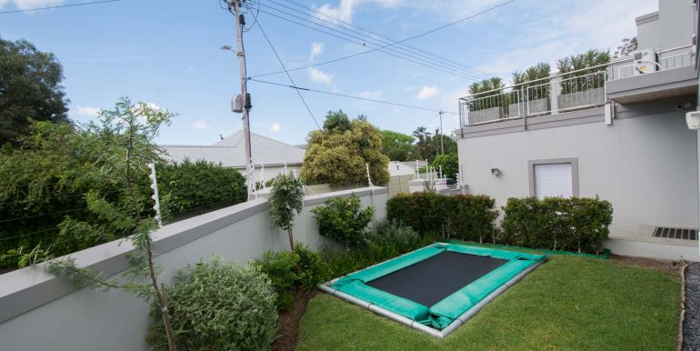 18 Front garden 3559